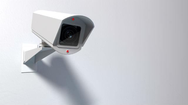 Kamera an weißer Wand befestigt