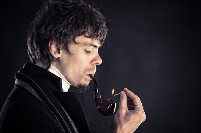 Sherlock Holmes raucht Pfeife vor dunklem Hintergrund