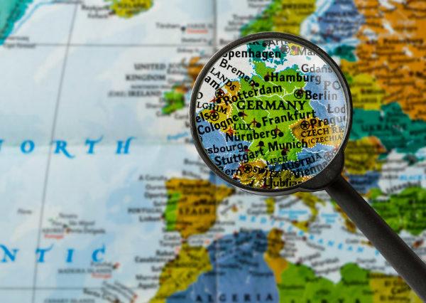 Lupe fokussiert Deutschland auf Landkarte