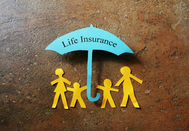 Bild von Menschen, die von einem Schirm mit der Aufschrift Lebensversicherung geschützt werden