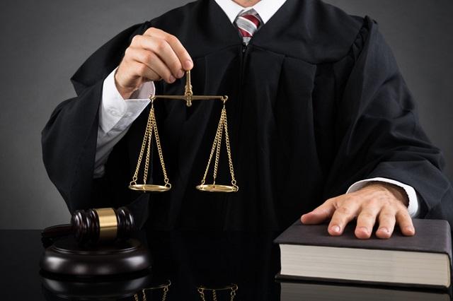 Richter hält Waage in der Hand