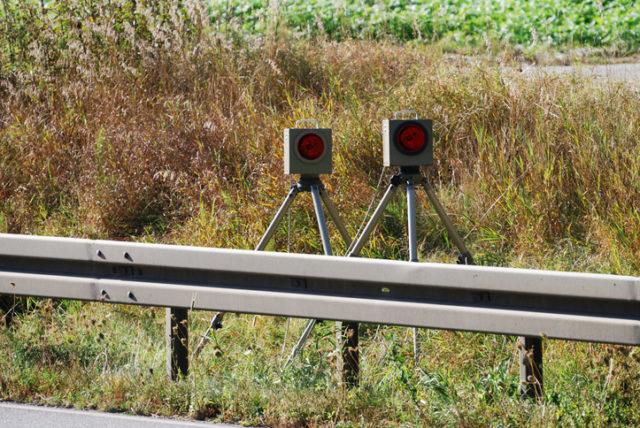 Radarfallen im Grün hinter der Leitplanke