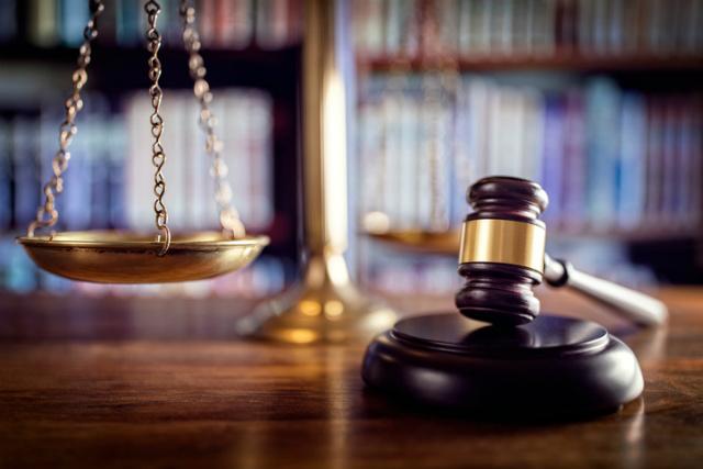 Beweislast im Zivilprozess - Richterhammer im Hintergrund eine Waage