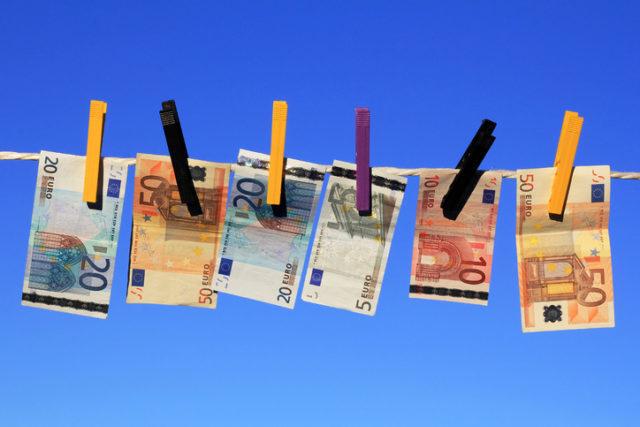 Gefälschte Euronoten hängen zum trocknen an der Wäscheleine