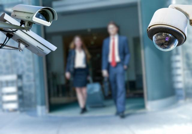Zwei Mitarbeiter, die auf Überwachungskameras zugehen