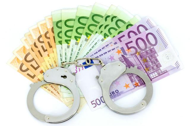 Warenkreditbetrug - Euroscheine mit Handschellen