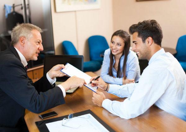 Rechte von Lebenspartnern - Ein Paar spricht mit Anwalt